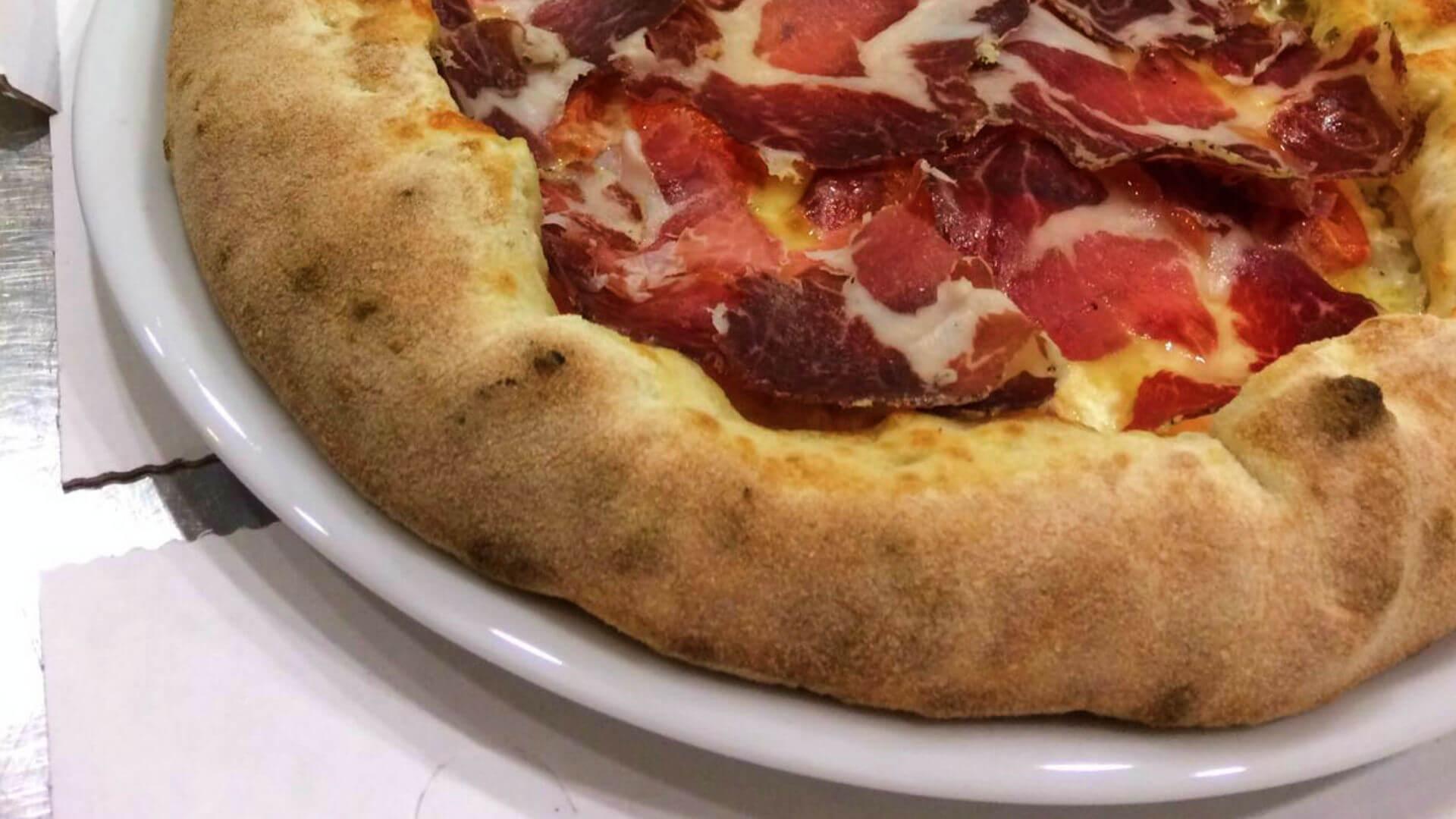 Pizza coi bordi ripieni | Le Magnolie Ristorante e Pizzeria | Frigintini